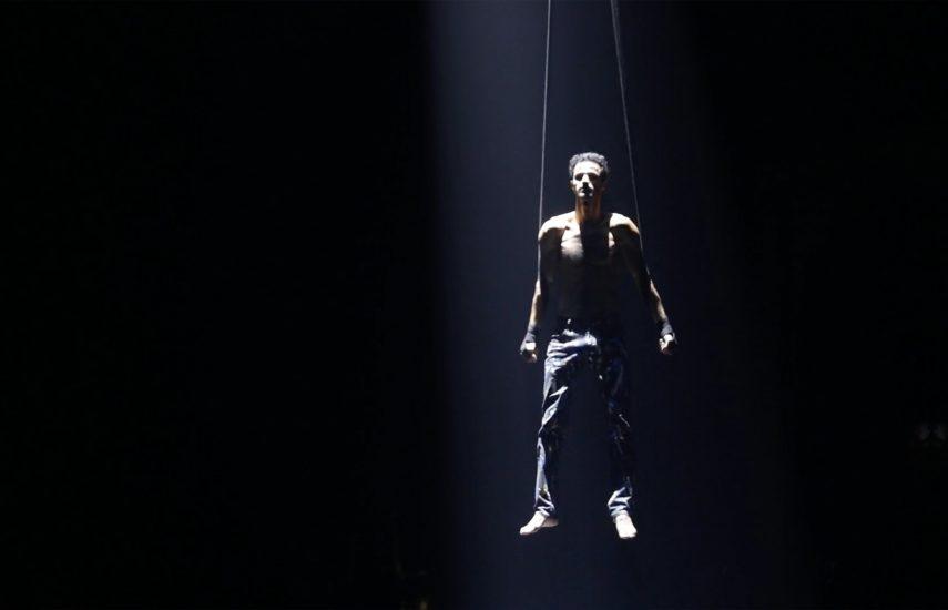 photo homme trapeziste spectacle aisc glup production