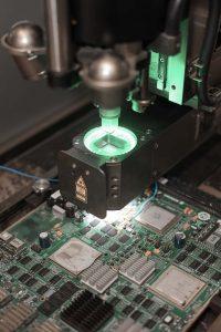 Photo homme travaille microprocesseur entreprise datacom