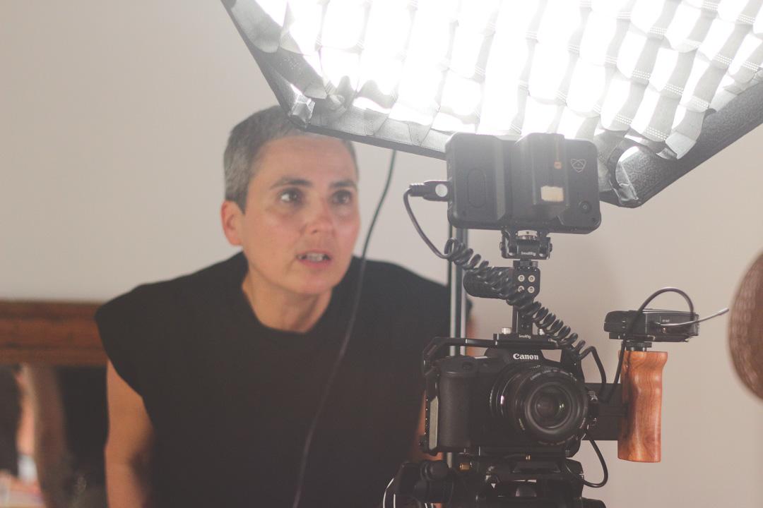 photo femme derrière camera casting glup production